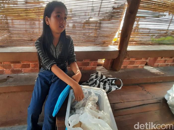 Destiana, bocah Sukabumi yang berjualan demi bantu keluarga