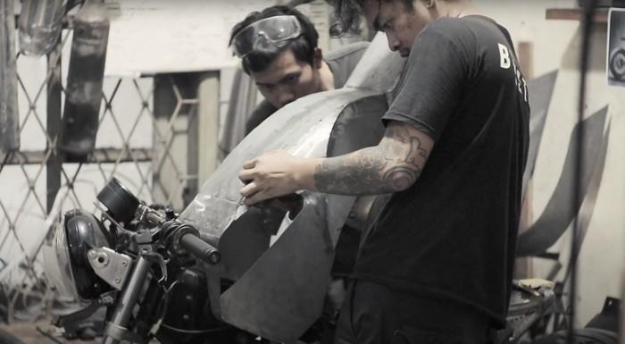 Ilustrasi pengerjaan motor kustom di Batakastem
