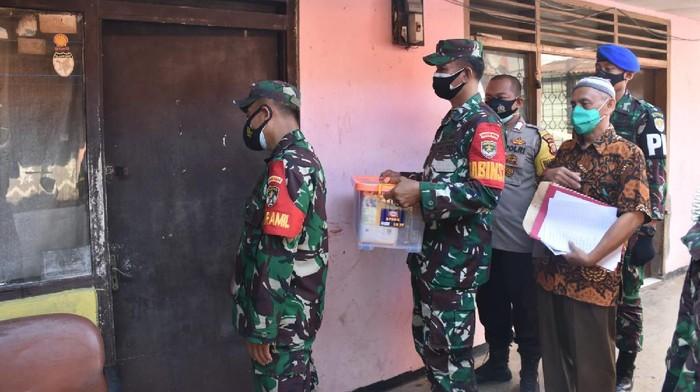 Jajaran TNI di Mampang Jaksel ketuk rumah warga isoman untuk sampaikan paket sembako dari KSAD