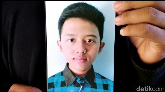 Keluarga berharap remaja yang terjun dari kapal feri di selat Bali ditemukan selamat