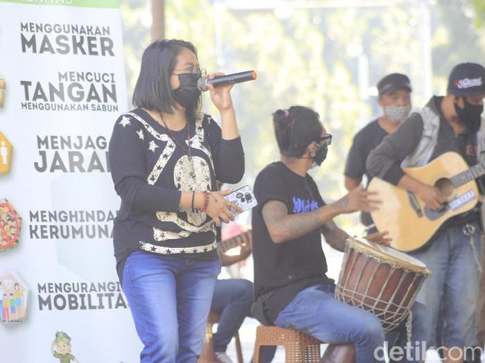 KPJ Bandung bantu kampanyekan prokes COVID-19 ke warga.