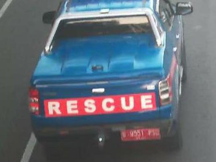 Mobil rescue Dinsos di Makassar tabrak lari pesepeda. (dok. Istimewa)