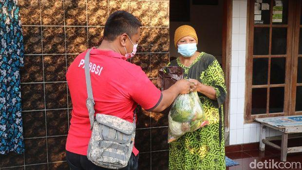 Paguyuban pasar berbagi sayur ke warga di Kudus