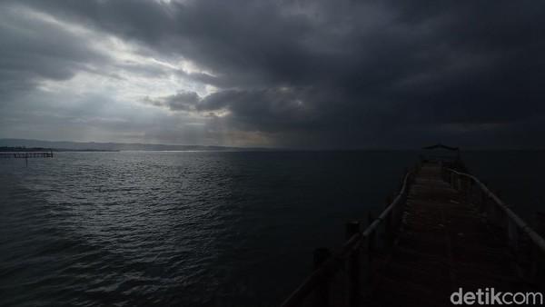 Jika seandainya nanti pantai Pangandaran dibuka kembali, maka pemerintah daerah bertugas mengawasi pelaksanaan prokes. Tapi, Bupati Jeje mengimbau prokes dilakukan mandiri oleh masing-masing objek wisata. (Faizal Amiruddin/detikTravel)