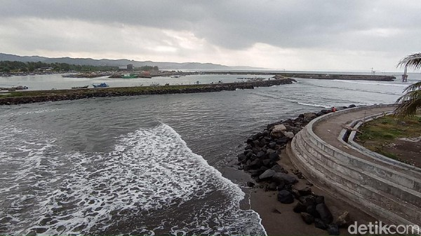 Suara debur ombak terdengar lebih dominan di pantai Pangandaran karena aktivitas manusia di sekitar pantai nyaris tidak ada. Beberapa warga Pantai Pangandaran mengutarakan harapan yang sama. (Faizal Amiruddin/detikTravel)