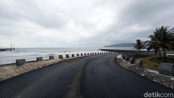 Bupati Pangandaran Jeje Wiradinata belum bisa membuka objek wisata di Pangandaran, sebab angka penyebaran kasus virus Corona masih tinggi. Saat ini dia tengah menggenjot vaksinasi bagi masyarakat Pangandaran. (Faizal Amiruddin/detikTravel)