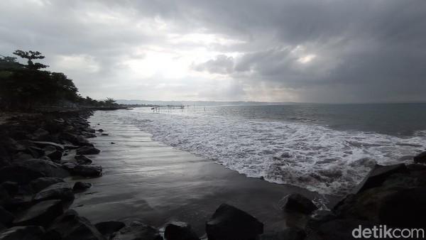 Bicara tentang pantai Pangandaran yang terbayang adalah pantai berpasir putih yang ramai wisatawan. Namun itu dulu, sejak ada kebijakan PPKM Darurat, pantai Pangandaran muram dan lengang ditinggal wisatawan. (Faizal Amiruddin/detikTravel)