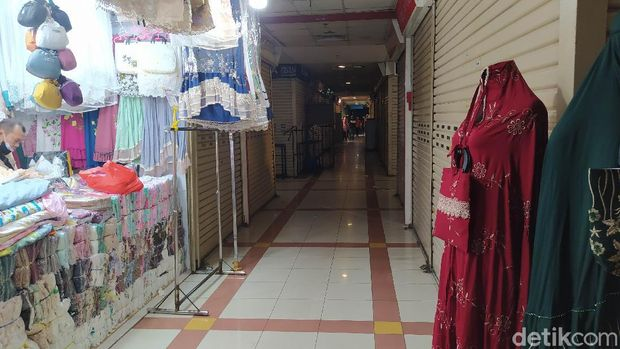 Pasar Tanah Abang, Jakarta Pusat (Jakpus) sepi pengunjung selama masa PPKM Level 4. Banyak pedagang yang pada akhirnya memilih untuk menjual hingga menyewakan tokonya. (Adhyasta/detikcom)