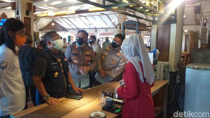 Pemkot Bandung mulai simulasi prokes di rumah makan