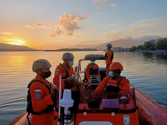 Pencarian korban terjun ke laut di Selat Bali (Dok. Basarnas Bali)