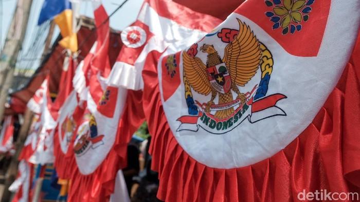 Memasuki bulan Agustus dan menjelang HUT RI, penjual bendera merah putih mulai menjamur. Salah satunya terpantau di bilangan Kebayoran Lama, Jakarta Selatan.