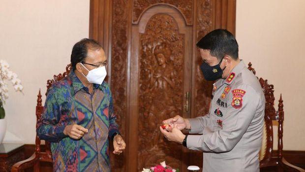 Penyerahan penghargaan kepada Gubernur Bali (Dok. Polda Bali)