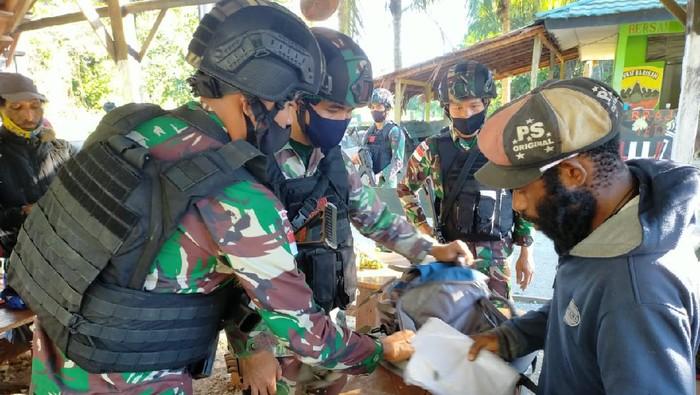 Satgas Pamtas RI-PNG Yonif 131/BRS mengamankan orang yang diduga merupakan anggota Organisasi Papua Merdeka