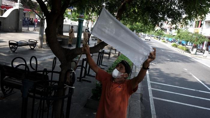 Bendera putih menghiasi kawasan Malioboro, Yogyakarta. Bendera itu muncul sebagai simbol PKL yang tengah berkabung akibat terdampak PPKM di masa pandemi.