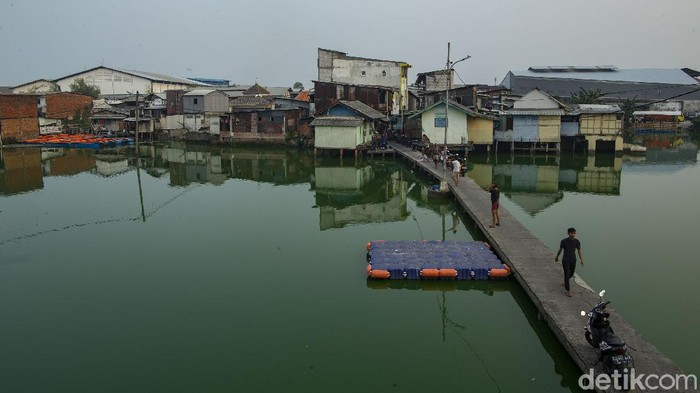 Sebuah kampung berdiri di atas air yang berada di kawasan Jakarta Barat. Puluhan tahun hidup di atas air membuat kampung ini akrab dengan sebutan Kampung Apung.