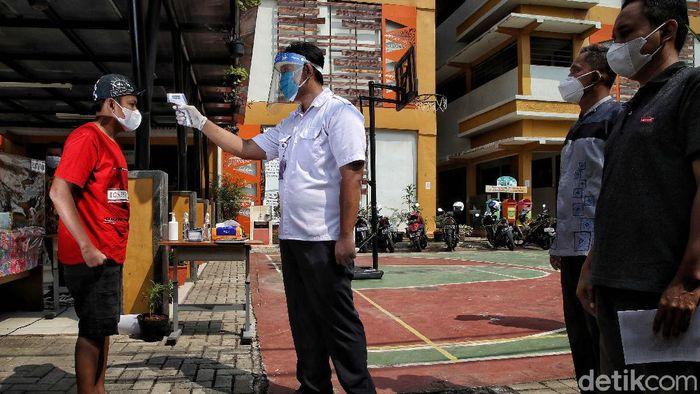 Program vaksinasi COVID-19 terus digencarkan di Ibu Kota Jakarta. Kali ini giliran sejumlah anak berkebutuhan khusus di Jakarta Utara disuntik vaksin COVID-19.