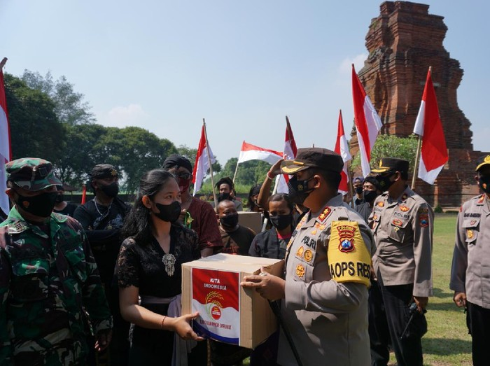 Puluhan Pekerja Seni Kibarkan Bendera Merah Putih di Candi Brahu Mojokerto Meski Terpukul Pandemi COVID-19