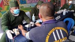 Vaksinasi COVID-19 menyasar ratusan warga binaan dan petugas di LP kelas II B Klaten. Vaksinasi dilakukan guna cegah penyebaran virus Corona.
