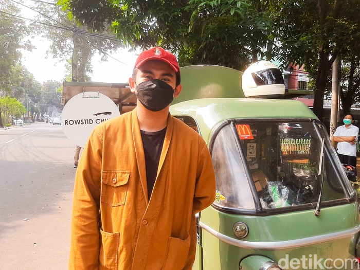 Rowstid Chikin: Ayam Panggang Amerika yang Gurih Juicy Dijual Pakai Bajaj. Berlokasi di Depan Taman Panglima Polim, Jakarta Selatan.