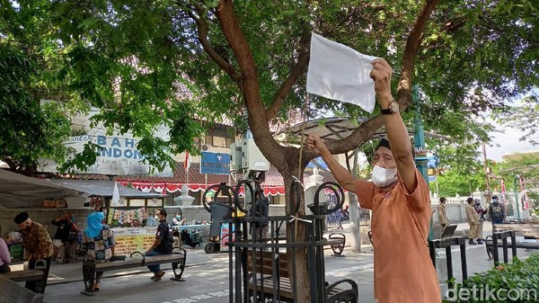 Pemasangan bendera putih di sepanjang Jalan Malioboro hanya bertahan satu jam. Bendera dipasang sebagai isyarat menyerah dari pelaku ekonomi di Malioboro menghadapi krisis COVID-19. (Heri Susanto/detikcom)