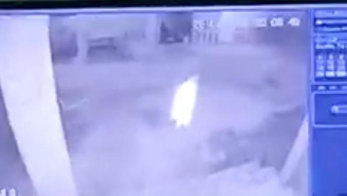 Screenshot video viral sosok putih gedor pintu warga di Batu Bara (dok. Facebook Asty Nirwana)