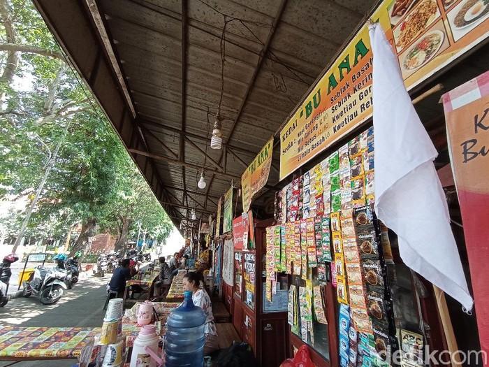 Sejumlah PKL di Cirebon mengibarkan bendera putih