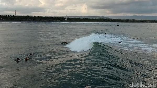 M. Naufal salah seorang peselancar Pangandaran mengatakan ombak yang agak telat di Dermaga Bojongsalawe ini cocok untuk para peselancar pemula atau mereka yang hendak menjajal surfing.