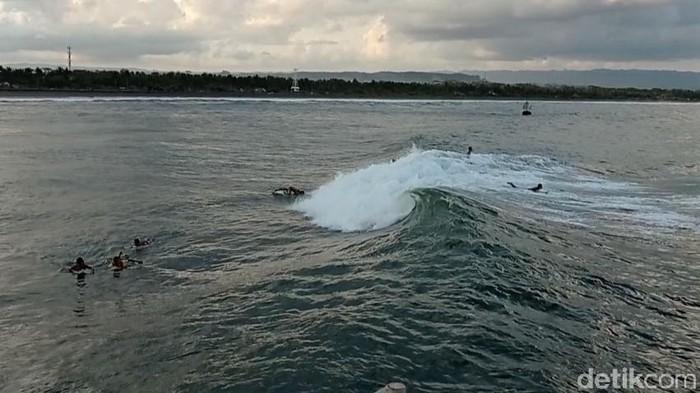 Kabupaten Pangandaran memiliki sejumlah spot surfing menarik dan populer di kalangan anak pantai. Salah satunya adalah dermaga pelabuhan Bojongsalawe.