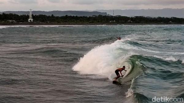 Selain pantai Bojongsalawe, Kabupaten Pangandaran memiliki spot surfing lain yang tak kalah menantang.