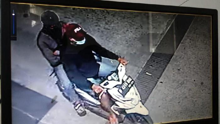 Tangkapan layar CCTV pelaku pencurian di SPBU Duri Kosambi, Cengkareng, Jakbar (Dok.istimewa)