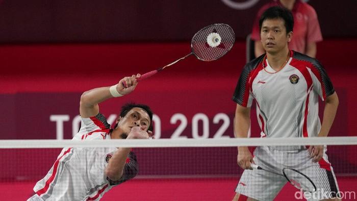 Taiwans Lee Yang, left, and Wang Chi-Lin talk to Indonesias Mohammad Ahsan and Hendra Setiawan after wining their mens doubles badminton semifinal match at the 2020 Summer Olympics, Friday, July 30, 2021, in Tokyo, Japan. (AP Photo/Dita Alangkara)