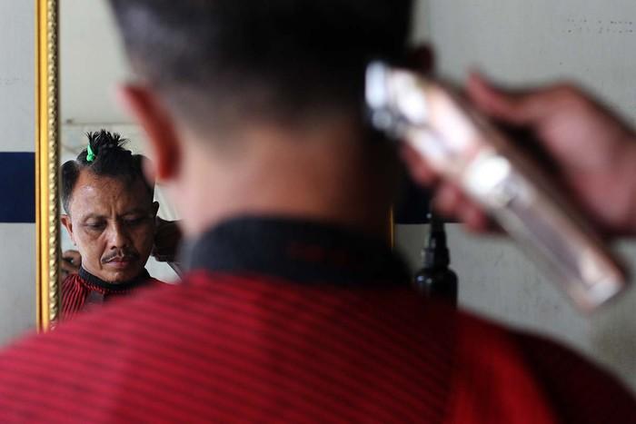 Komunitas Barbershop Berdonasi mengalang donasi untuk membantu keluarga kurang mampu. Mereka menawarkan jasa cukur yang uangnya untuk disumbangkan.