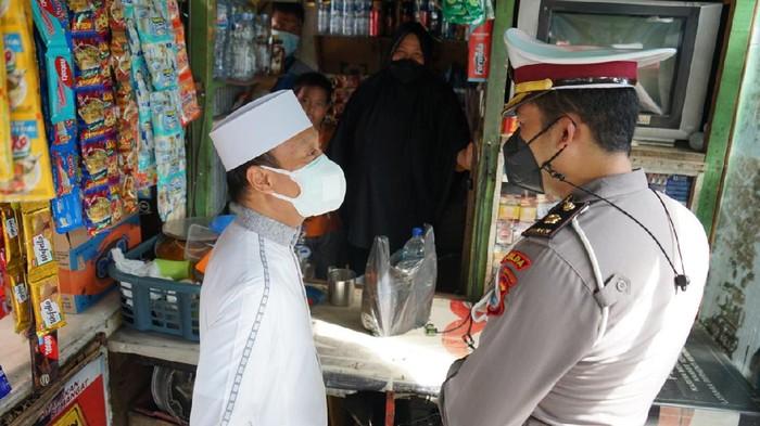Ustaz Dasad Latif meminta masyarakat Makassar, Sulawesi Selatan (Sulsel), tidak memusuhi polisi. Ia menyebut tanpa polisi aktivitas masyarakat akan susah. (Ibnu Munsir/detikcom)