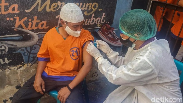 Polisi Kota Probolinggo melakukan vaksinasi COVID-19 terhadap 13 tahanan. Ini merupakan vaksinasi tahap pertama.