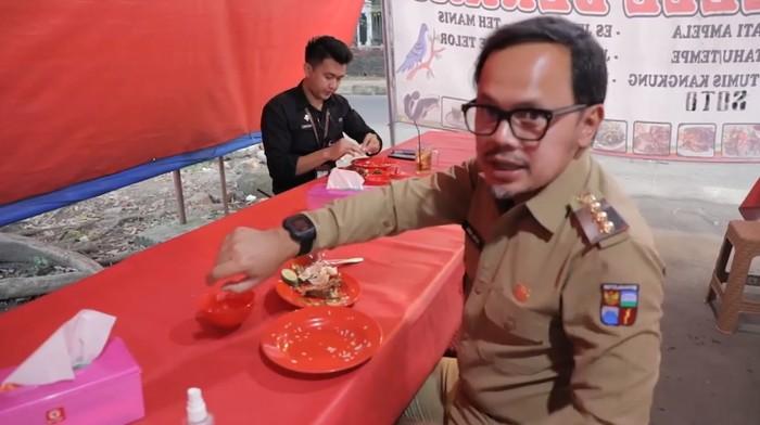 Wali Kota Bogor Bima Arya Cobain Makan 20 Menit di Warung Pecel Lele Berkah yang Berlokasi di Jalan Dadali, Tanah Sareal, Bogor.