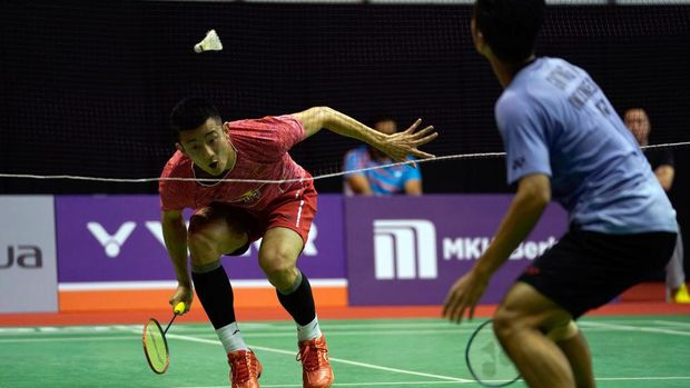 KUALA LUMPUR, MALAYSIA - JANUARY 17: Chen Long of China plays a return shot to Anthony Sinisuka Ginting of Indonesia during the Men Singles round one match of the Perodua Malaysia Masters 2018 on January 17, 2018 in Kuala Lumpur, Malaysia.  (Photo by Stanley Chou/G etty Images)