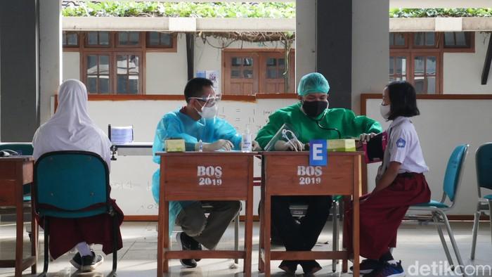 Sebanyak 1.200 siswa SD-SMP di Kota Cimahi mulai menjalani vaksinasi COVID-19. Vaksinasi dilakukan di area SMP Negeri 1 Kota Cimahi, Sabtu (31/7/2021).