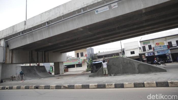 Taman kolong skate park di kolong flyover Cipendawa, Kota Bekasi, tengah dibangun arena skatepark.