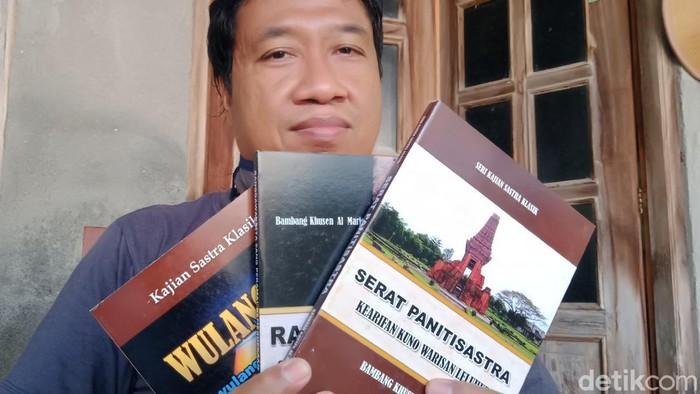 Bambang dengan beberapa buku cetakan terjemahan karya sastra Jawa klasik. (Achmad Syauqi detikcom)