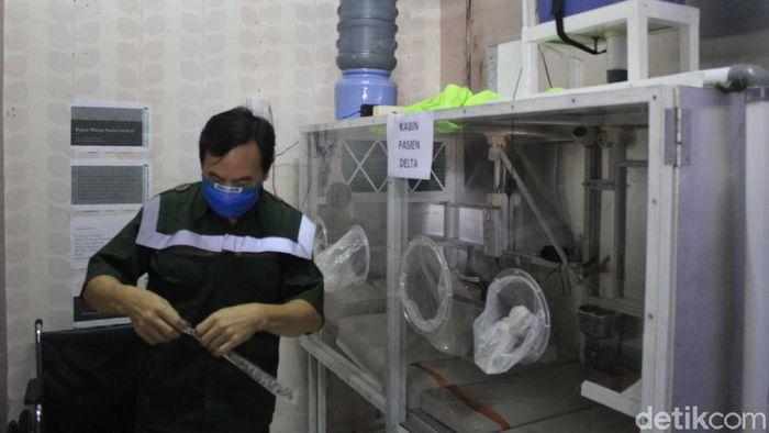 Varian Delta disebut memiliki tingkat penularan 97% lebih tinggi. Hal itu menginspirasi warga Kota Bandung, Simon Yudistra Sanjaya (57) untuk membuat kabin terapi.