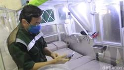 Varian Delta disebut memiliki tingkat penularan 97%. Hal itu menginspirasi warga Kota Bandung, Simon Yudistra Sanjaya (57) untuk membuat kabin terapi.