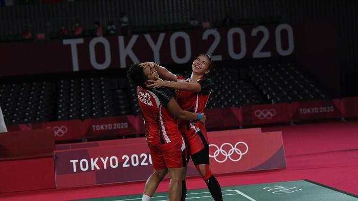 Pebulutangkis ganda putri Indonesia Greysia Pollii/Apriyani Rahayu merayakan kemenangan atas ganda putri Korea Selatan Lee Sohee/Shin Seungchan dalam semifinal Olimpiade Tokyo 2020 di Musashino Forest Sport Plaza, Tokyo, Jepang, Sabtu (31/7/2021). Greysia/Apriyani menang 21-19, 21-17 dan melaju ke final. ANTARA FOTO/Sigid Kurniawan/foc.