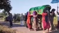 Ibu-ibu di Pasuruan Gotong Keranda Jenazah ke Pemakaman