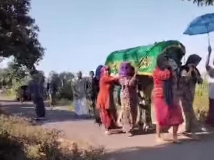 Aksi tak biasa dilakukan ibu-ibu di Desa Klangrong, Kecamatan Kejayan, Kabupaten Pasuruan. Mereka menggotong keranda jenazah ke pemakaman.