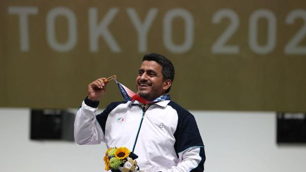 ASAKA, JAPAN - JULY 24: Gold Medalist Javad Foroughi of Team Iran poses on the podium following the 10m Air Pistol Men's event on day one of the Tokyo 2020 Olympic Games at Asaka Shooting Range on July 24, 2021 in Asaka, Saitama, Japan. (Photo by Kevin C. Cox/Getty Images)