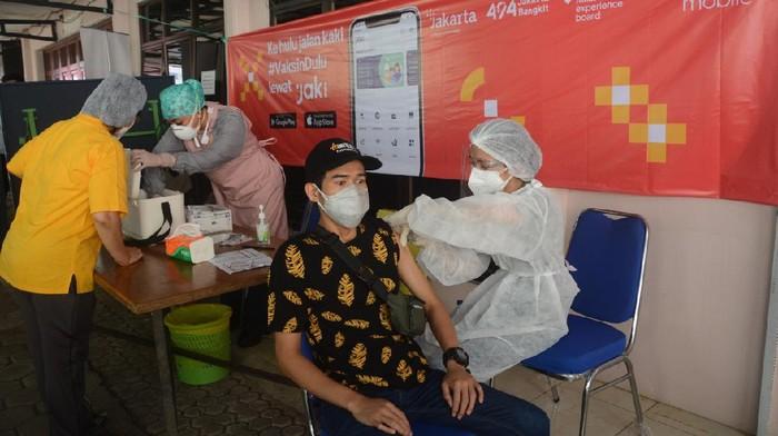 Percepatan vaksinasi nasional terus dikebut. Kali ini Pemprov DKI Jakarta melakukan aksi jemput bola dengan mobil keliling.
