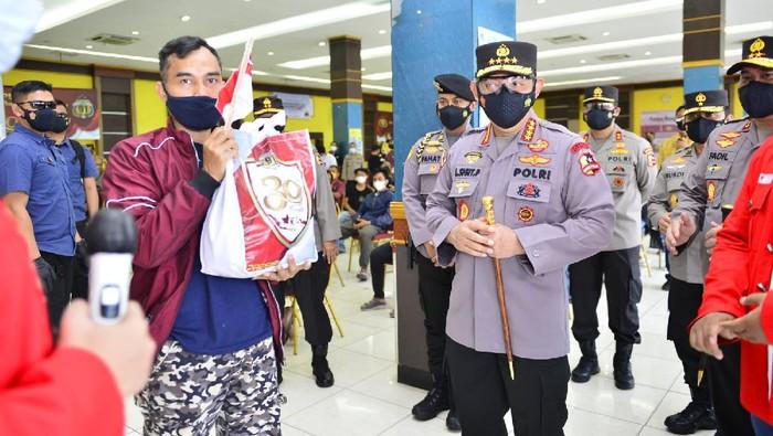 Kapolri Jenderal Listyo Sigit Prabowo meninjau vaksinasi massal di Universitas Bhayangkara, Bekasi