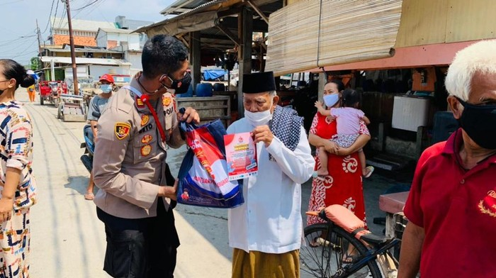 Kapolsek Sunda Kelapa AKP Seto Handoko bagikan bansos ke warga