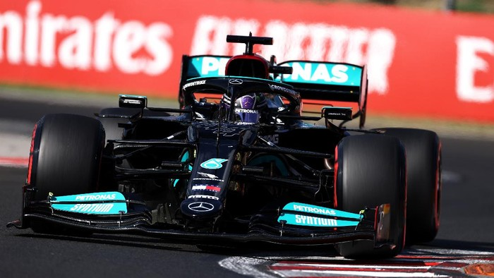 BUDAPEST, HUNGARY - JULY 31: Lewis Hamilton of Great Britain driving the (44) Mercedes AMG Petronas F1 Team Mercedes W12 during qualifying ahead of the F1 Grand Prix of Hungary at Hungaroring on July 31, 2021 in Budapest, Hungary. (Photo by Lars Baron/Getty Images)