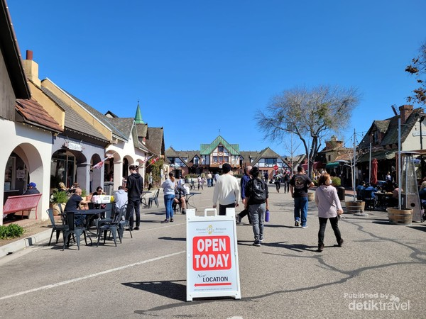 Restoran dan tempat makan lainnya selalu penuh dan ramai pada saat jam makan siang atau bahkan waktu sesudahnya
